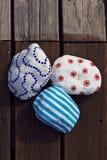 Le décor trois a coloré des pierres sur le vieux plancher en bois Photos libres de droits