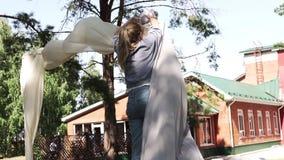 Le d?corateur de jeune fille place la porte pour le mariage clips vidéos