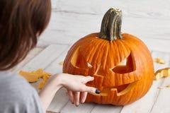 Le découpage du potiron de Halloween dans la cric-o-lanterne, se ferment vers le haut de la vue Photographie stock