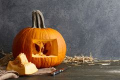 Le découpage du potiron de Halloween dans la cric-o-lanterne, se ferment vers le haut de la vue photos libres de droits