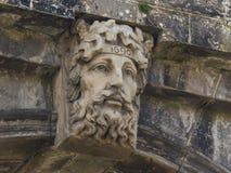 Le découpage en pierre antique de Dieu de rivière de Foyle remontant à 1690 sur la porte du ` s d'évêque à Londonderry en Irlande Photos libres de droits