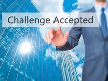 Le défi a accepté - le bouton de pressing de main d'homme d'affaires sur le contact s image libre de droits