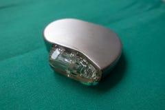 Le défibrillateur d'Explanted sur un chirurgical vert drapent images stock