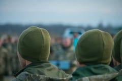 Le défilé d'armée, rangée uniforme militaire de soldat marchent photos stock