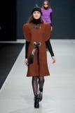 Le défilé de mode Pierre Cardin dans la semaine de mode de Moscou avec amour pour la Russie le 22 mars 2016 Images stock