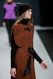 Le défilé de mode Pierre Cardin dans la semaine de mode de Moscou avec amour pour le Chute-hiver 2016/2017 de la Russie Photos stock