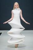 Le défilé de mode Pierre Cardin dans la semaine de mode de Moscou avec amour pour le Chute-hiver 2016/2017 de la Russie Images libres de droits