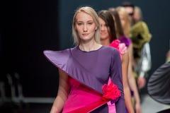 Le défilé de mode Pierre Cardin dans la semaine de mode de Moscou avec amour pour le Chute-hiver 2016/2017 de la Russie Image stock