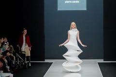 Le défilé de mode Pierre Cardin dans la semaine de mode de Moscou avec amour pour le Chute-hiver 2016/2017 de la Russie Photographie stock libre de droits