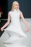 Le défilé de mode Pierre Cardin dans la semaine de mode de Moscou avec amour pour le Chute-hiver 2016/2017 de la Russie Images stock
