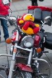 Le défilé de Santa Clauses sur des motos autour de la place principale du marché à Cracovie Images stock