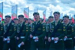 Le défilé de victoire, cris de soldats Photographie stock libre de droits
