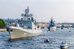 Le défilé des navires de guerre en rivière de Neva Image libre de droits