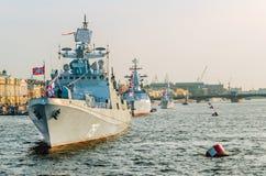 Le défilé des navires de guerre en rivière de Neva Photos stock