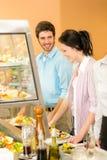 Le déjeuner aux collègues de bureau de cantine prennent la salade Photo stock