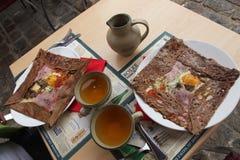 Le déjeuner traditionnel en Bretagne, crêpes accomplit photos libres de droits