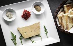 Le démarreur frais gastronome de partie de gras de foie a placé avec du pain grillé Photo stock
