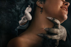 Le démon antique de vampire de monstre mord un cou de femme Halloween fant Photographie stock libre de droits
