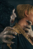 Le démon antique de vampire de monstre mord un cou de femme Halloween fant Images stock