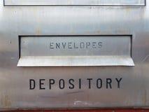 Le dépôt et les enveloppes se connectent la boîte argentée en métal photographie stock