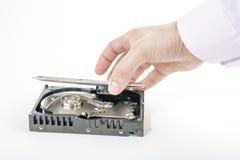 Le dépanneur de main ouvre le capot supérieur des 3 2,5 pouces HDD Images stock