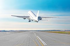 Le départ de vol d'avion décollent sur un temps beau d'aéroport de piste avec des nuages d'un ciel bleu sur une piste Vue arrière Image stock