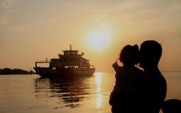 Le départ du ferry vers l'île Image stock
