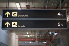 Le départ et les arrivées embarquent le signe à l'aéroport international Photos libres de droits