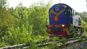 Le dépassement locomotif sur le chemin de fer Transport ferroviaire banque de vidéos
