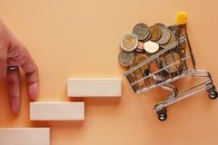 Le déplacement de doigts intensifient l'escalier en bois de jouet à de mini achats image libre de droits