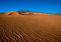 le désert contacte des montagnes