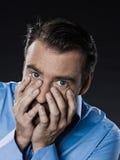 Le désespoir de portrait d'homme prient Photographie stock