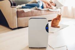 Le déshumidificateur avec l'écran tactile, indicateur d'humidité, lampe UV, ionizer d'air, conteneur de l'eau fonctionne à la mai photos stock