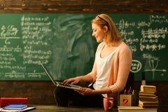 Le désir d'aider devrait être dans le tuteur par nature, élève de aide de joli professeur dans la salle de classe à l'école prima photos libres de droits