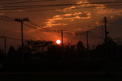 Le désordre de fils électriques avec le coucher du soleil Images libres de droits