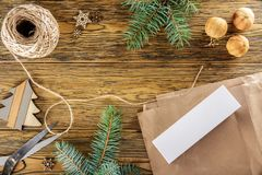 le désordre sur la table Emballage d'un smartphone pour un cadeau Placez les FO Photo stock
