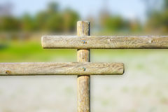 Le détail d'une barrière en bois construite avec des poteaux s'est dédoublé dans la moitié Images libres de droits
