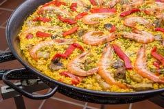 Le détail de la Paella espagnole traditionnelle a fait cuire dans une casserole Images libres de droits