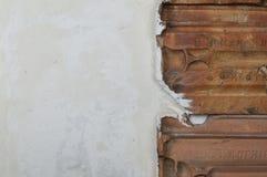 Le détail de la texture sale blanche de mur avec des tuiles de toit stucco des murs et des tuiles de rouge de vintage photographie stock libre de droits