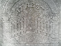 le détail de pierre tombale du 19ème siècle déclenche le ciel Photographie stock libre de droits