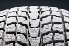 Le détail de plan rapproché du pneu de l'hiver a neigé semelle photos stock