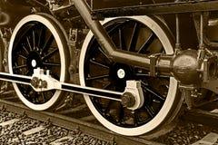 Le détail de sépia et se ferment des roues énormes à un vieux locomo de vapeur Photographie stock libre de droits
