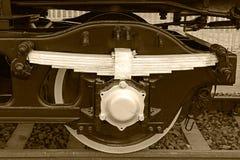 Le détail de sépia et se ferment des roues énormes à un vieux locomo de vapeur Images libres de droits