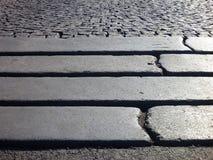 Le détail des étapes dans un gris a pavé le trottoir Photo libre de droits