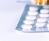 Le détail des pilules et des capsules de médecine a emballé dans des boursouflures Image stock