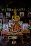Le détail des statues d'or de Bouddha et de la statue du moine célèbre a appelé l'unité centrale Mun de Luang dans le vieux templ Images libres de droits
