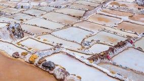 Le détail des terrasses de sel dans les casseroles de sel de Maras, les salineras de Maras près de Cusco au Pérou, mines de sel a image stock