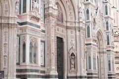 Le détail du Duomo de Santa Maria en Fiore, à Firenze Italie, en marbres polychromes a lieu de l'ère moderne Photos stock