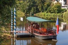 Le détail du ferry accouplé Kazi dans le port de Cernosice photographie stock