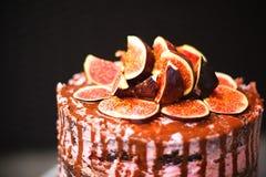 Le détail du gâteau préparé fait maison de figue d'anniversaire avec le lustre de chocolat Images stock